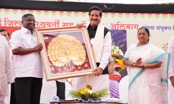 Hon. CM Prithviraj Chavan with Hon. Chairman Mr. Jayant Patil and Hon. MLA Smt. Meenakshi Patil at Alibag Festival 2012